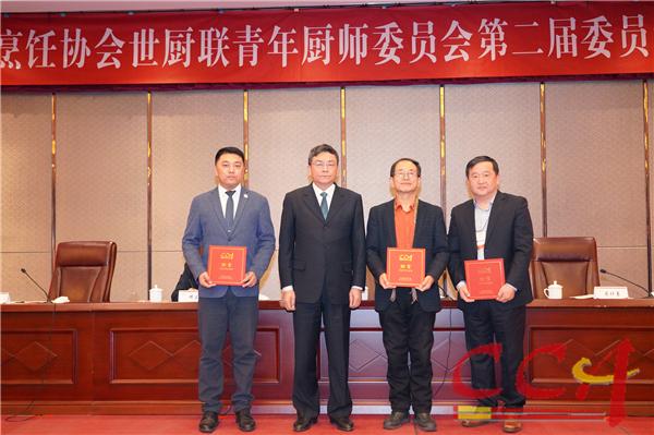 2傅龙成会长为青年委当选二届主席薛计勇、执行主席李双琦、名誉主席杨铭铎颁发证书.jpg