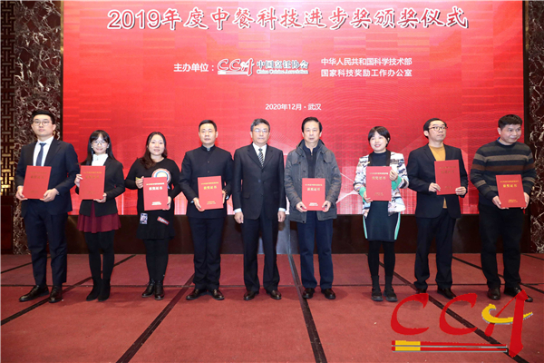 3傅龙成会长为二等奖获奖项目代表颁奖.jpg